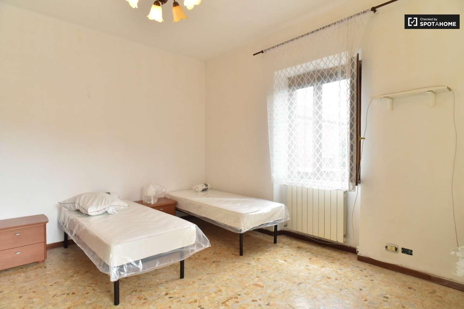 Stanza in affitto in appartamento con 3 camere da letto a morena roma ref 155644 spotahome - Affitto appartamento bologna 3 camere da letto ...