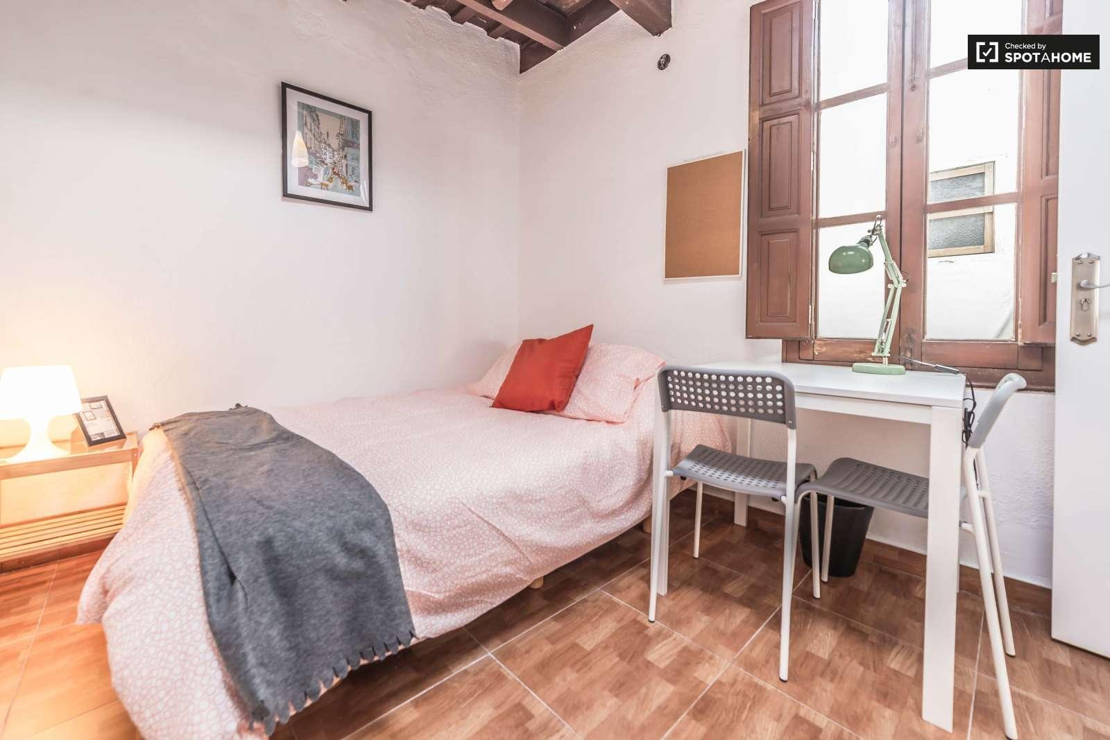 Habitaci n amueblada en piso de 4 habitaciones eixample for Piso 4 habitaciones valencia