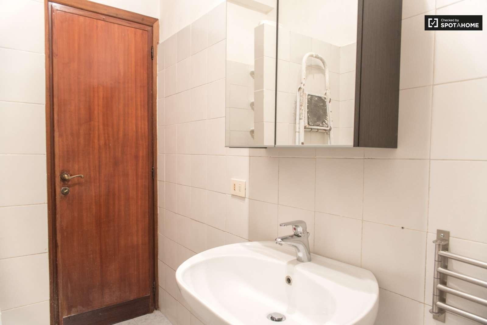 Stanza Spaziosa In Un Appartamento Di 5 Locali