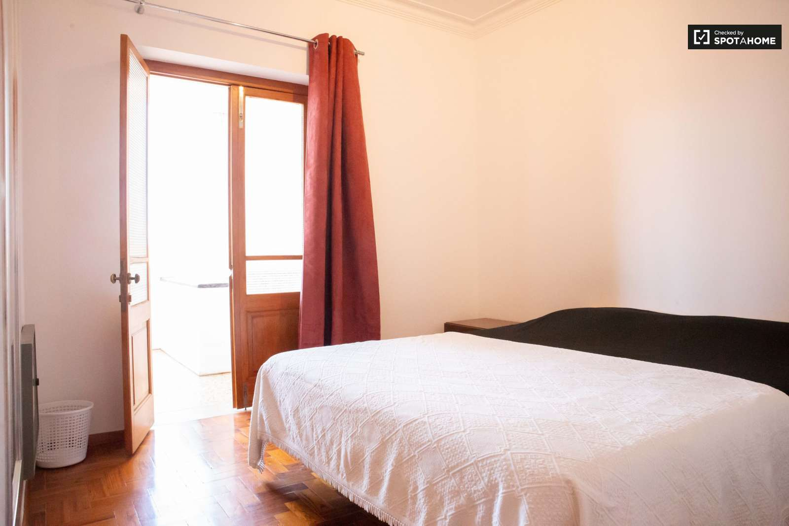 Double bed in Rooms for rent in charming 5-bedroom house in Estoril