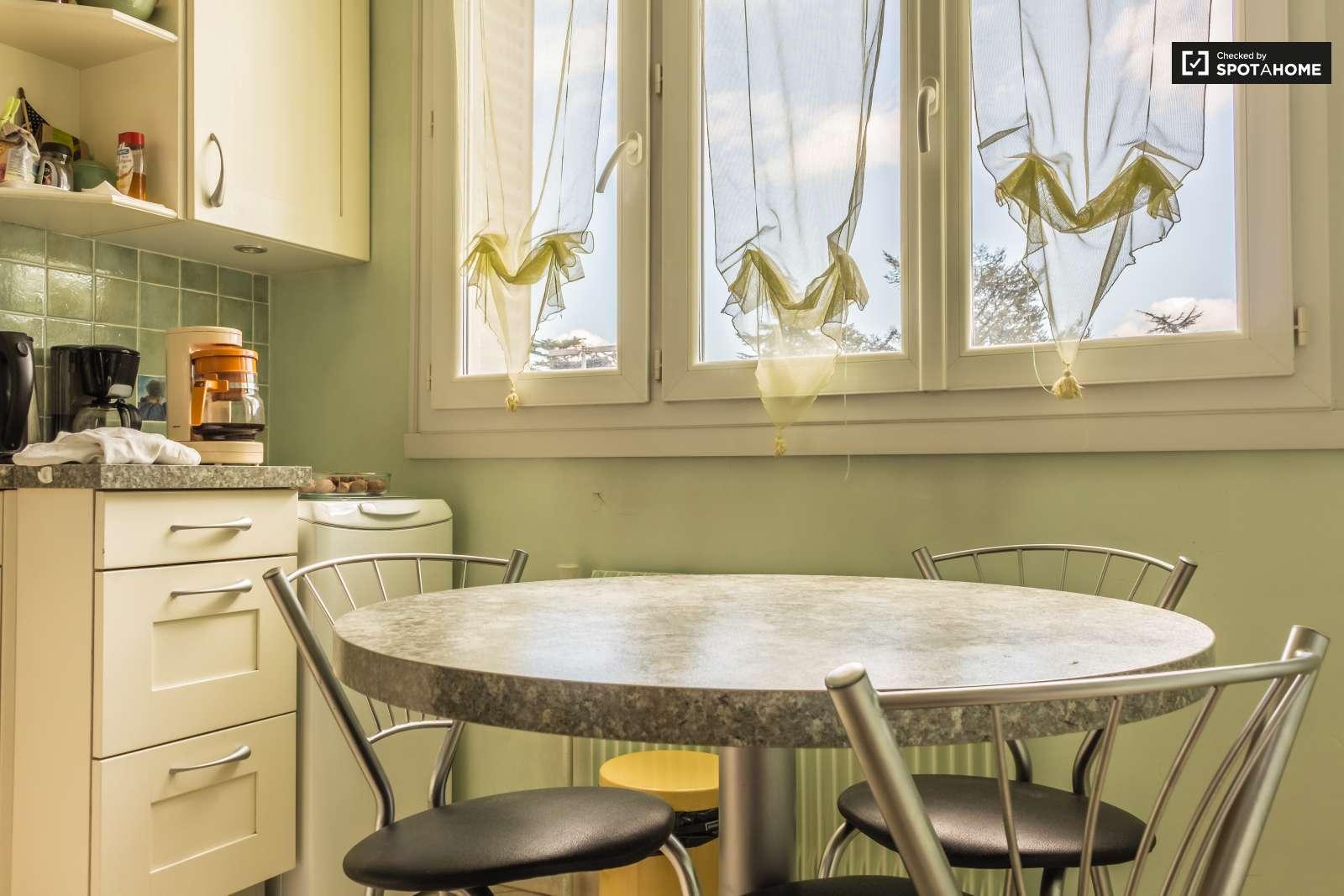Chambre accueillante dans un appartement sur la colline de for Extra cuisine lyon