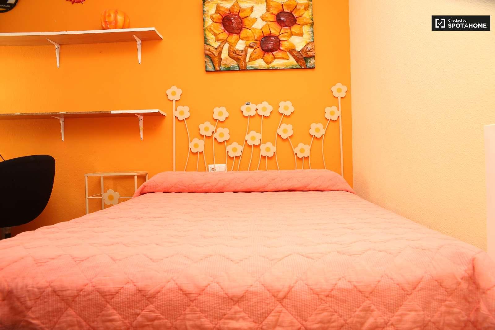 Habitaci n grande en piso de 4 habitaciones en santa cruz for Piso 1 habitacion sevilla
