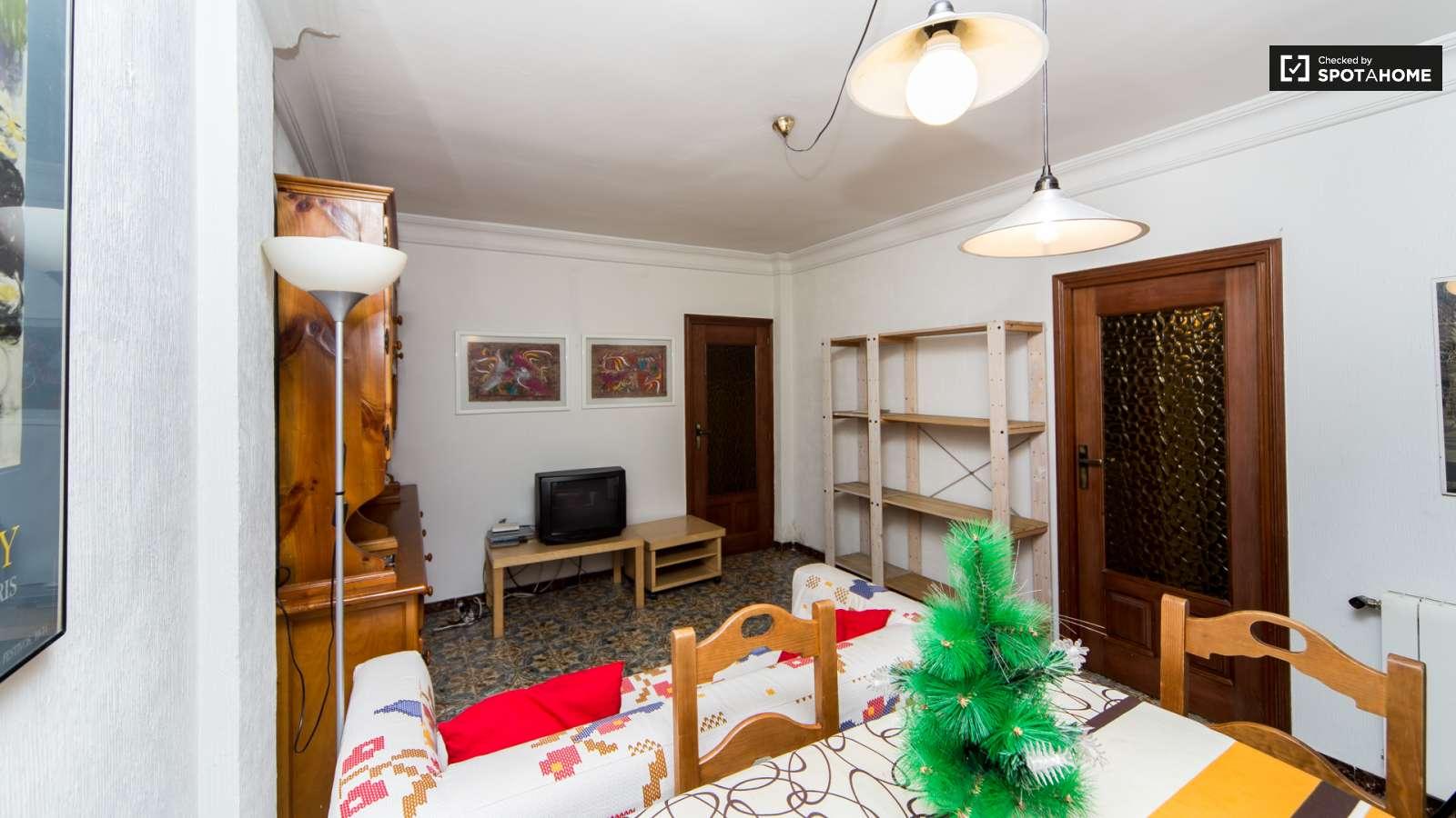 Gran habitaci n en piso de 4 habitaciones en aluche for Habitaciones en madrid