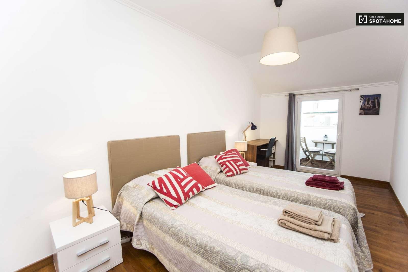 Habitación compartida por 4 personas con 3 camas.