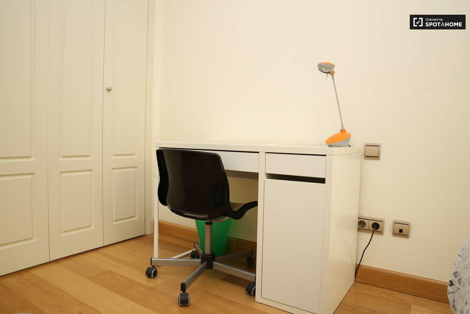 Soleada habitaci n en piso compartido en mar a luisa for Piso 1 habitacion sevilla