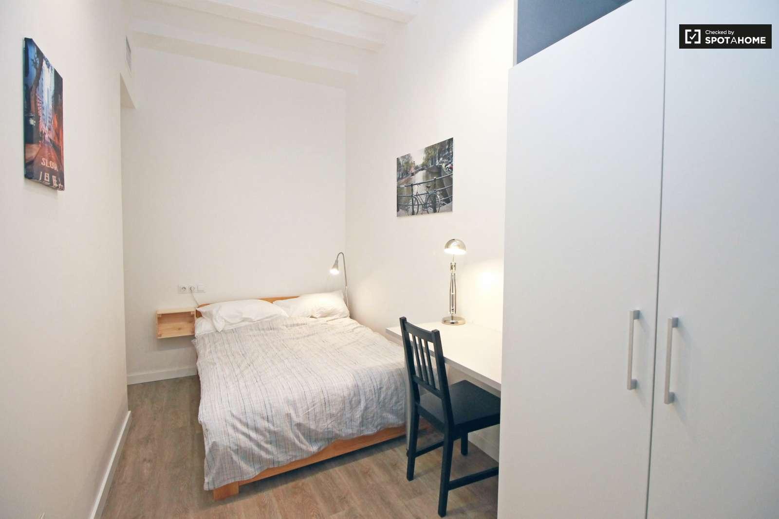 Tranquila habitaci n en piso de 5 habitaciones en el raval for Piso 5 habitaciones