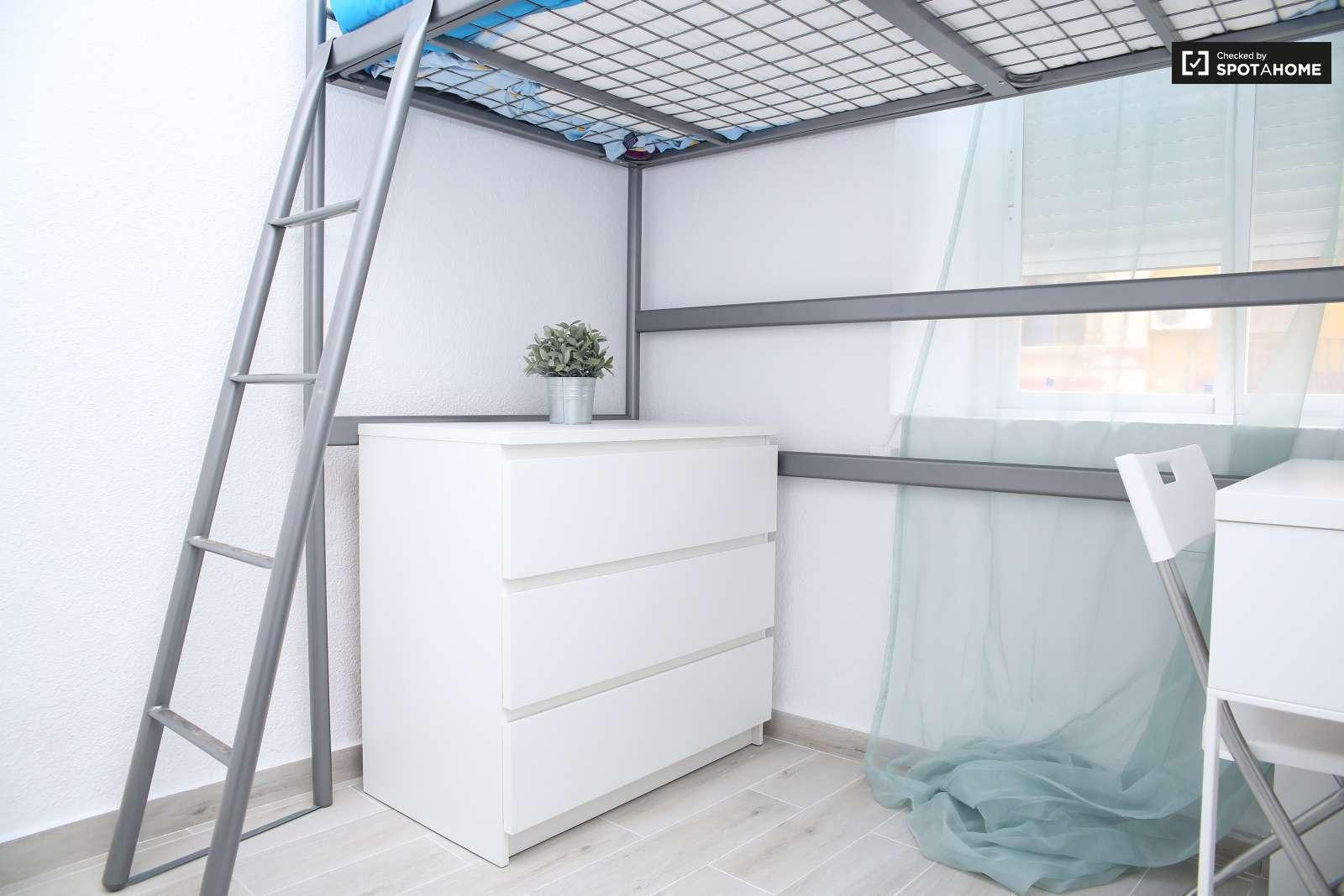Habitaci n cl sica en piso compartido en san vicente for Piso 1 habitacion sevilla