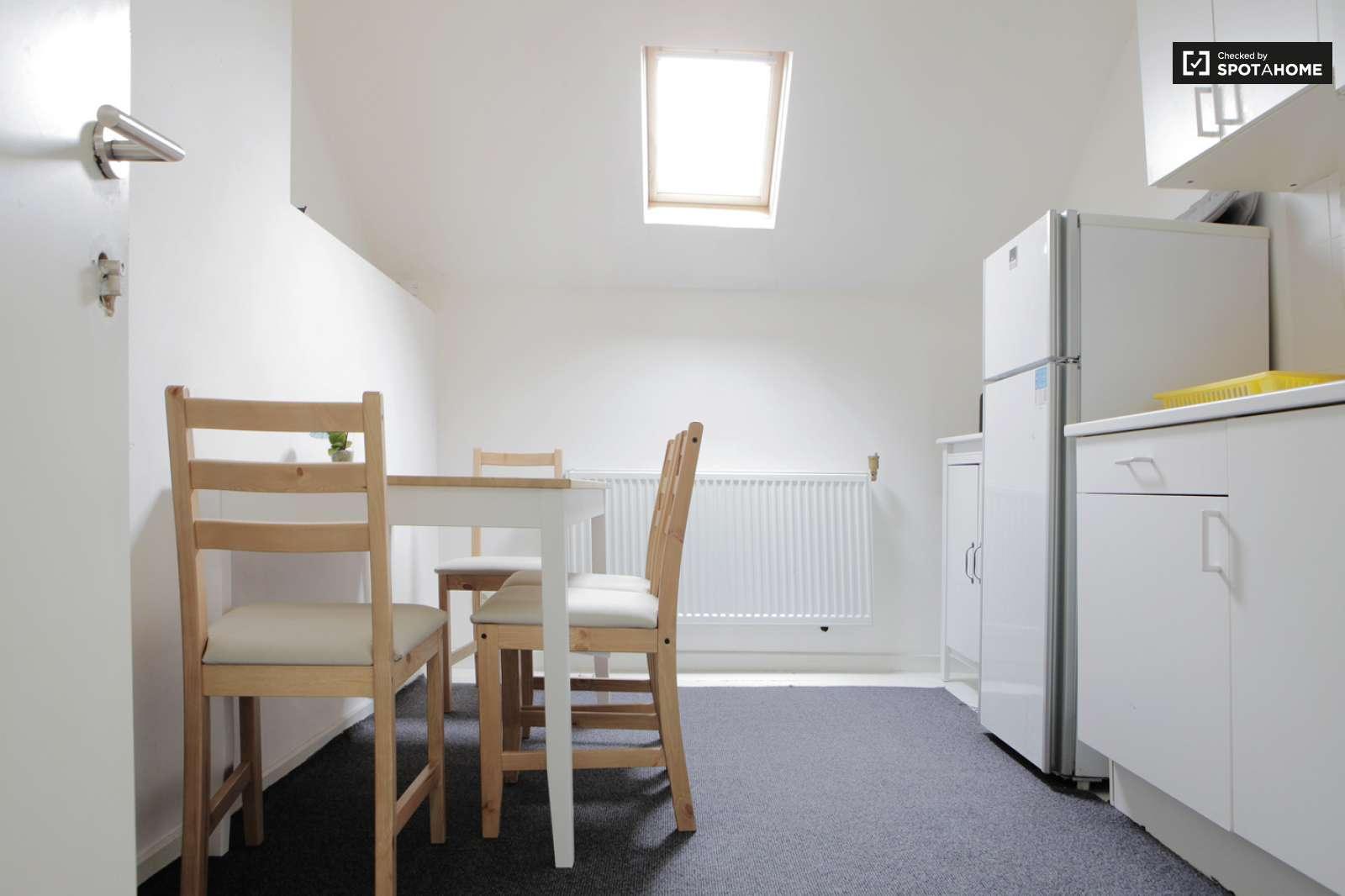 Lit double dans des chambres louer dans un appartement spacieux avec s che - Seche linge appartement ...