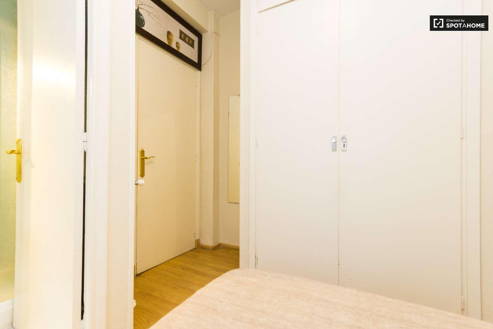 Luminosa habitaci n en piso de 5 habitaciones en nueva for Piso 5 habitaciones madrid alquiler
