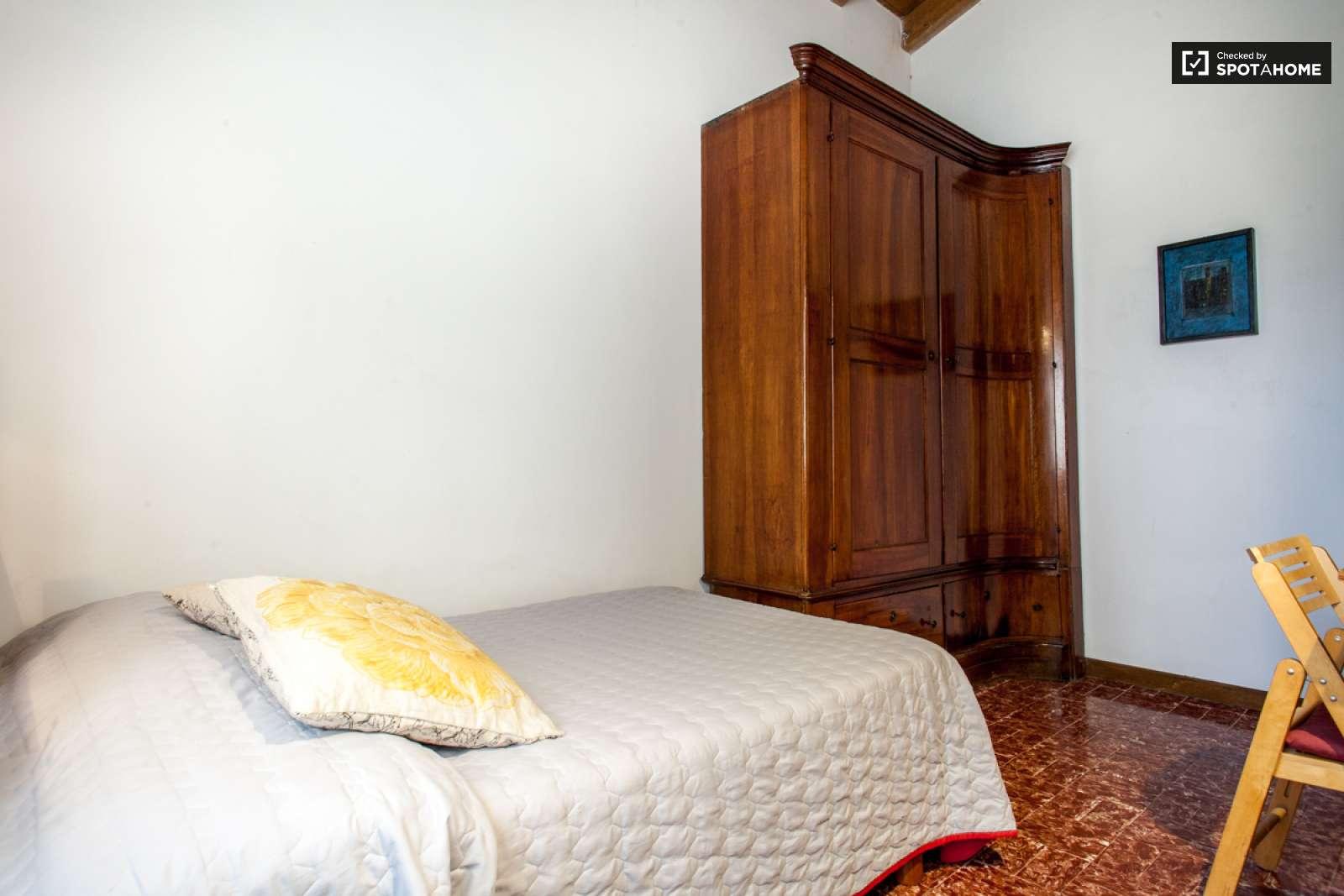 Stanza arredata in una casa di 4 locali roma ref 107436 for Casa di sei stanze