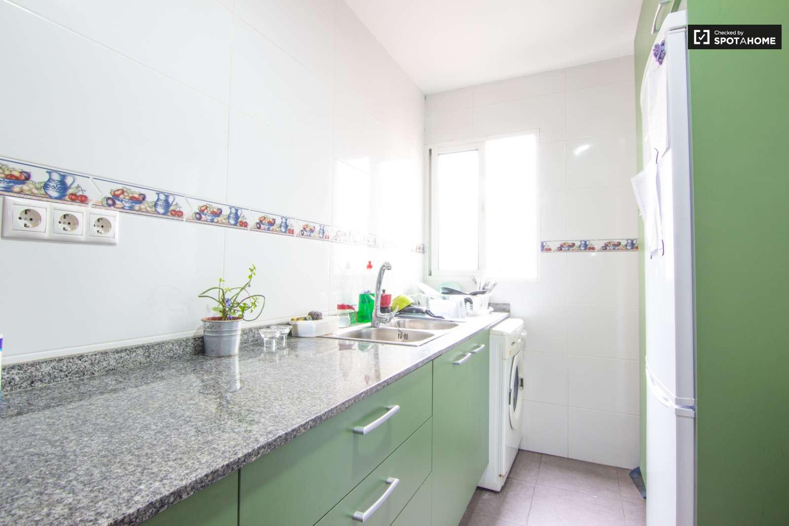 Habitaciones en piso de 5 habitaciones en eixample for Piso 5 habitaciones valencia