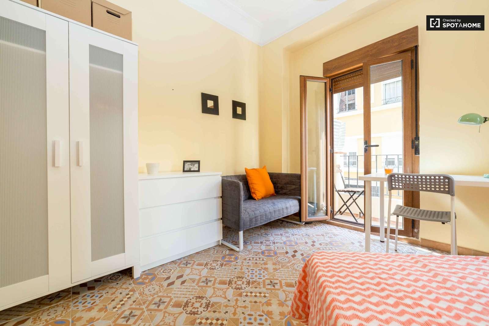 Habitaci n en alquiler en piso de 5 habitaciones en for Piso 5 habitaciones valencia
