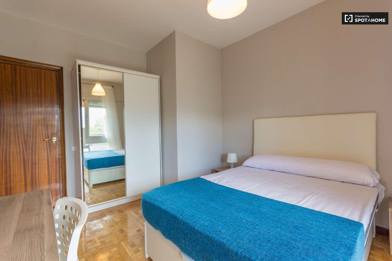 rooms for rent in 5 bedroom apartment principe pio