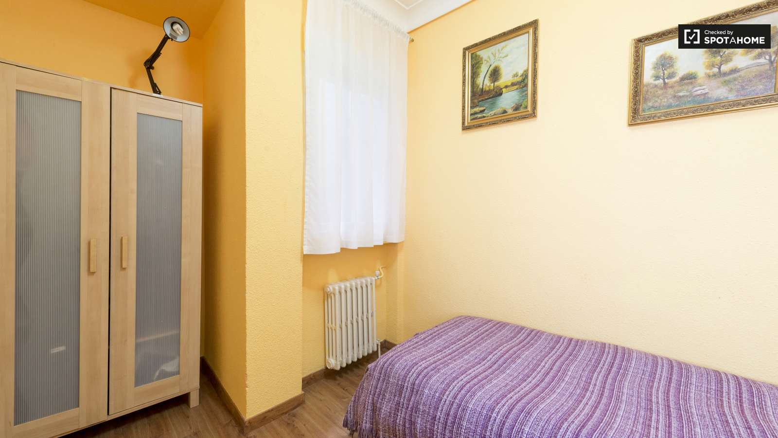 Single Bedrooms Single Bed In 3 Single Bedrooms Available In A Residential