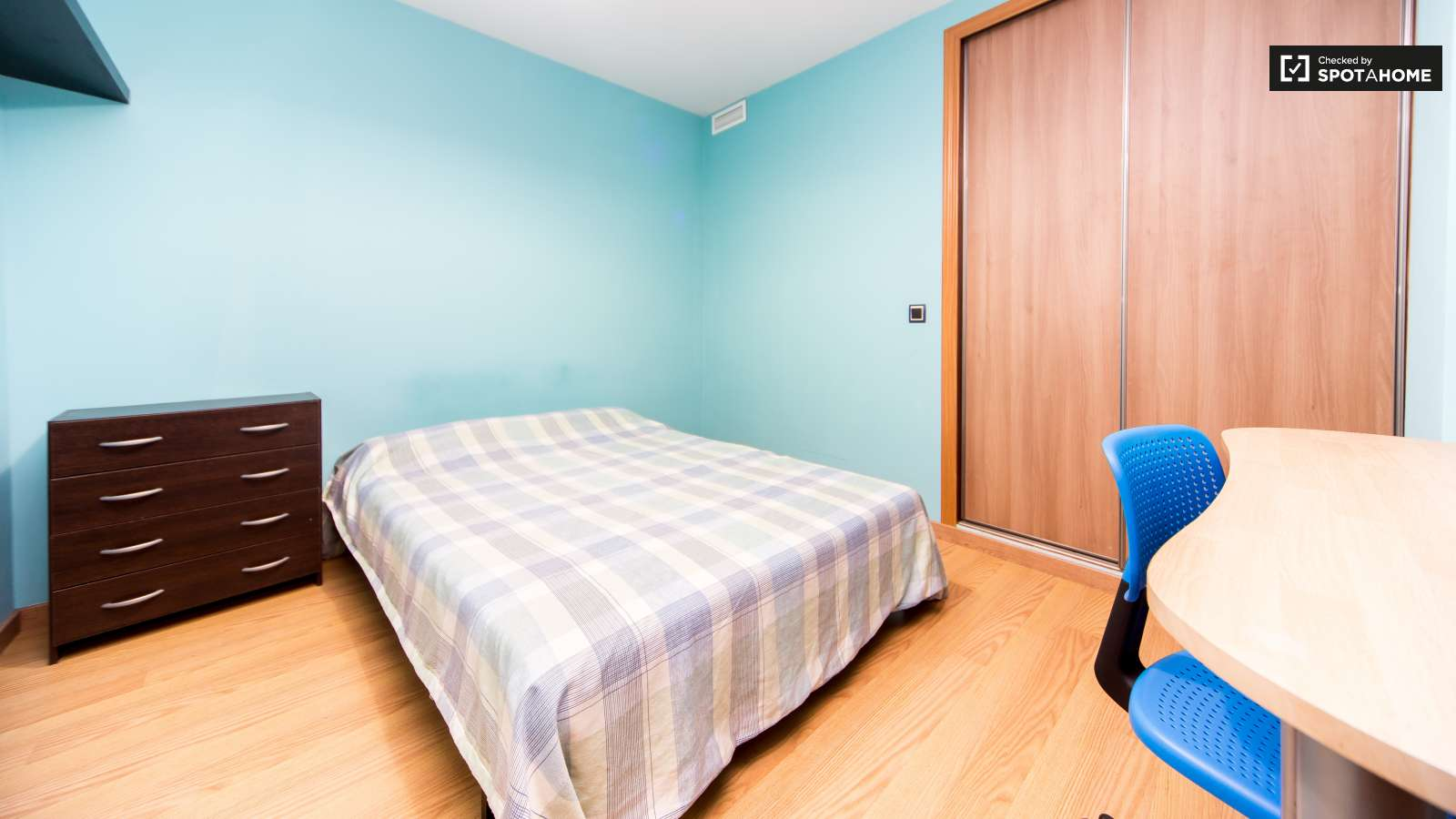 Minimum Bedroom Size For Double Bed Double Bed In Rooms In A Spacious Modern 5 Bedroom Flat With 2