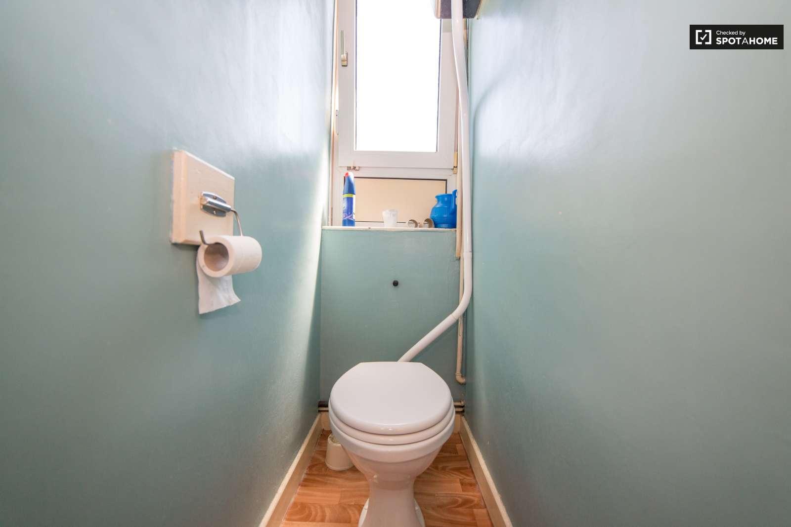 Rooms to rent in 4-bedroom flat in Tower Hamlets, London (ref ...