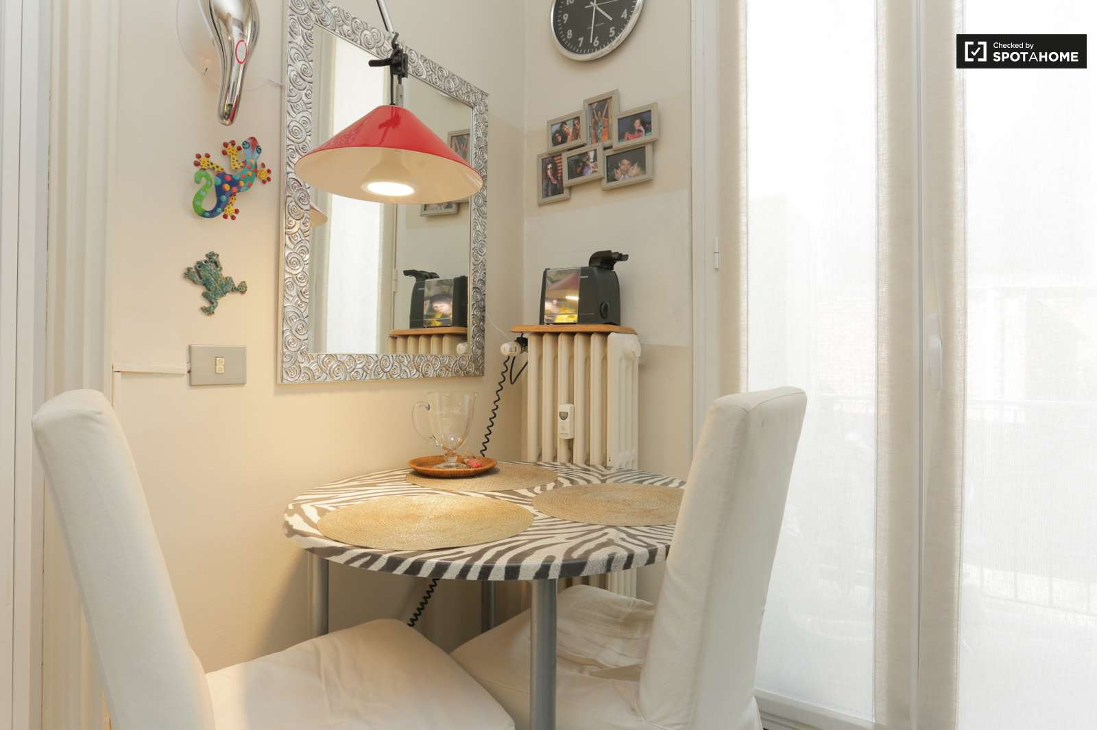 Stylish room for rent in 4-bedroom apartment in Bocconi