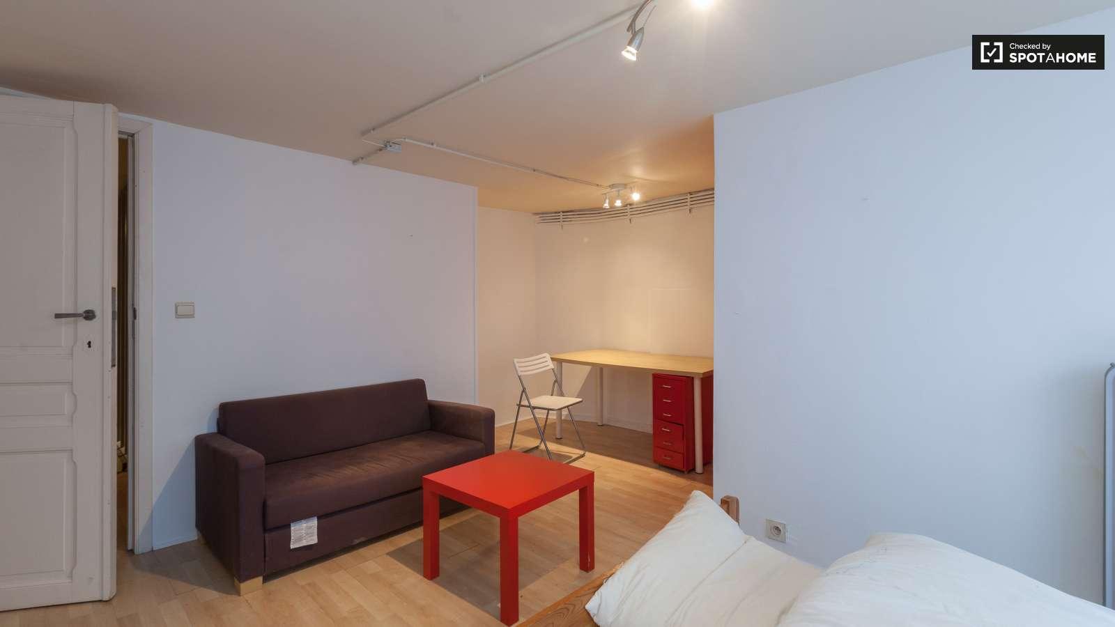 chambre privative dans un appartement de 3 chambres ixelles bruxelles ref 105221 spotahome. Black Bedroom Furniture Sets. Home Design Ideas