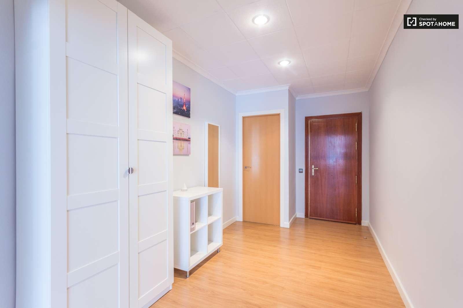 Habitaci n amueblada en piso compartido en cuatro caminos for Alquiler piso cuatro caminos