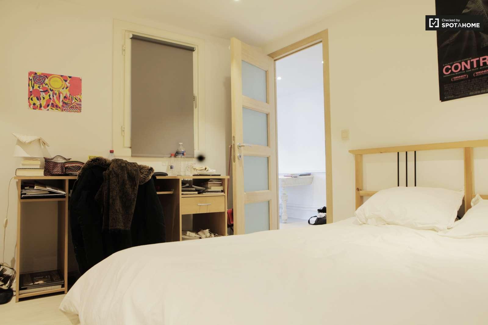 Chambre accueillante dans un appartement de 4 chambres for Emmenager dans un appartement