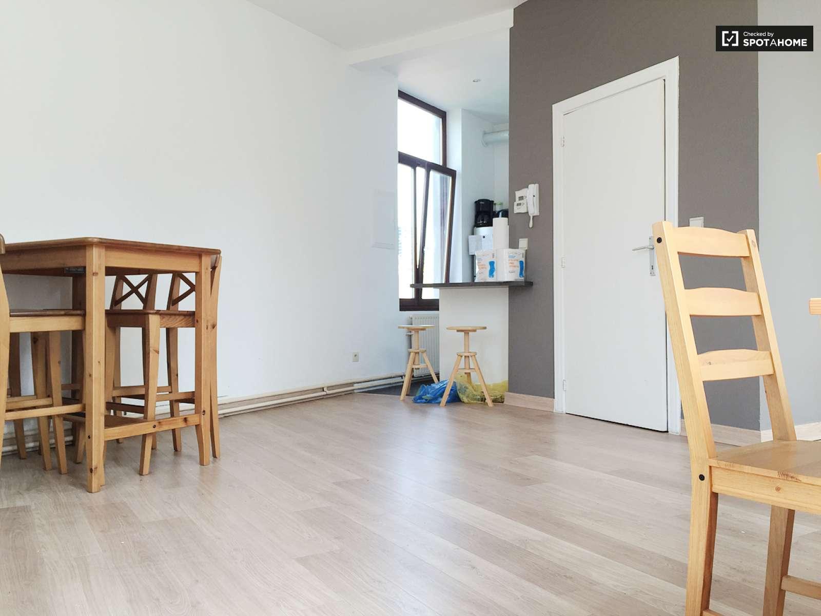 chambre louer dans un appartement avec s che linge dans le quartier de l 39 ue bruxelles ref. Black Bedroom Furniture Sets. Home Design Ideas