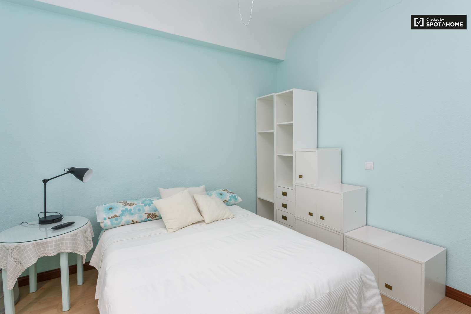 Amplia habitaci n en piso de 5 habitaciones en chamber for Piso 5 habitaciones