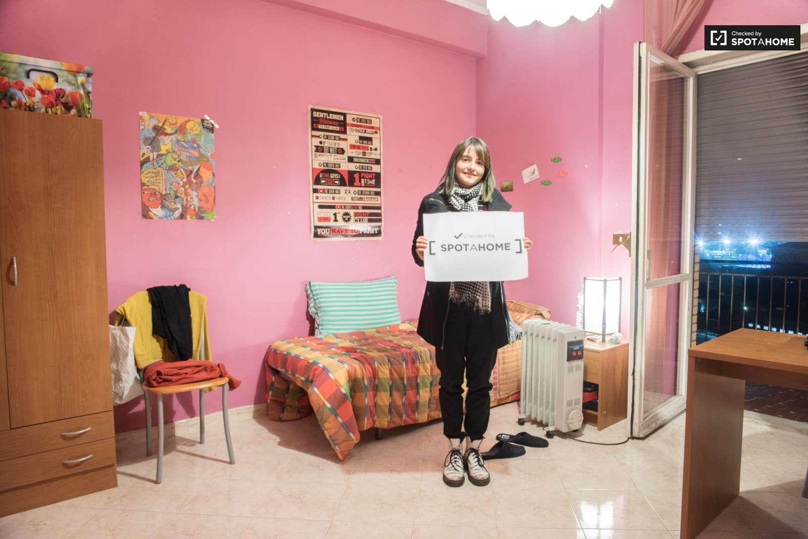 Stanza arredata in un appartamento di 5 locali tuscolano for Planimetria stanza