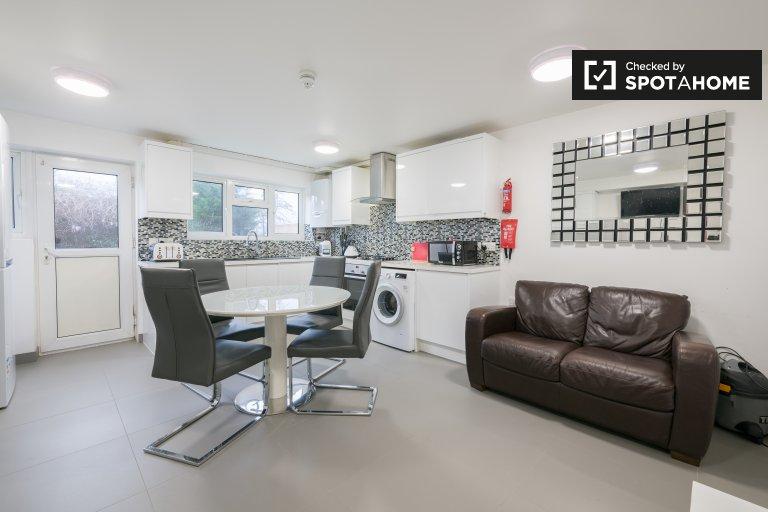 Modernes Haus mit 5 Schlafzimmern in Upton, London zu vermieten