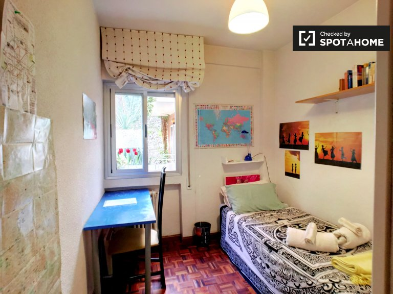 Cozy room for rent in 3-bedroom apartment in Barajas, Madrid