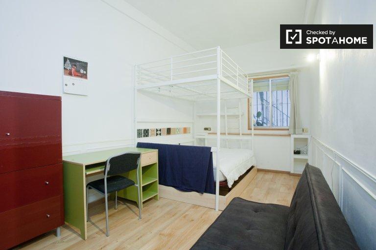 Chambre lumineuse dans un appartement de 3 chambres à Casco Antiguo, Madrid