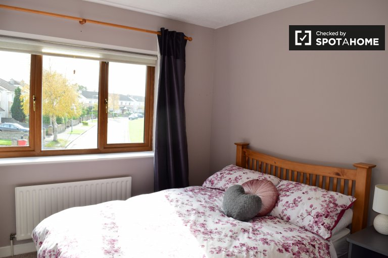 Double Bed in Rooms to rent in a 3-bedroom house with garden in Lucan