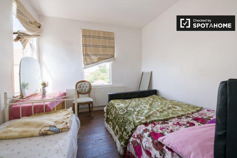 Chambre ensoleillée dans un appartement de 6 chambres à Chadwell Heath