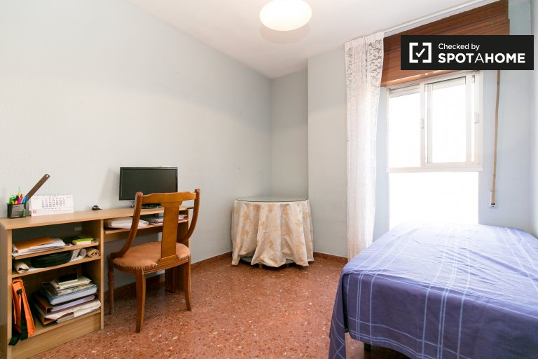 Single Bed in Rooms for rent in tidy 3-bedroom apartment in Norte