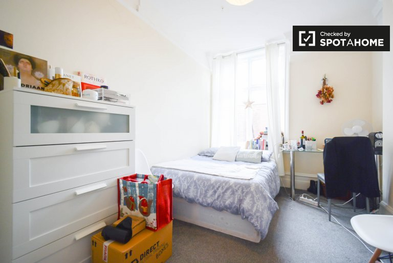 Room to rent in 3-bedroom flat in Bayswater, London