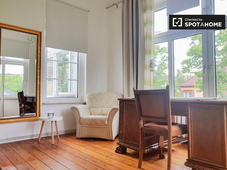 Jasny pokój do wynajęcia w apartamencie z 6 sypialniami, Treptow