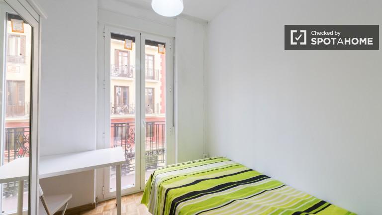 Łóżko podwójne w 6 sypialniach z podwójnymi łóżkami w kolorowym apartamencie