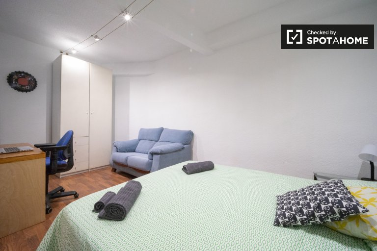 Comillas, Madrid'de kiralık geniş oda