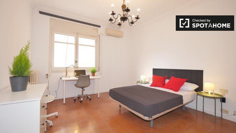 Cosy room to rent in 7-bed apartment in Eixample Esquerra