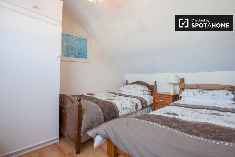 Przytulny pokój na poddaszu w apartamencie z 4 sypialniami w Raheny w Dublinie