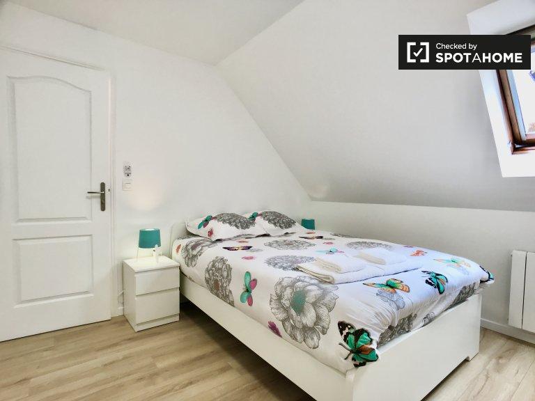 Chambre élégante à louer dans une maison de 5 chambres à Pantin, Paris