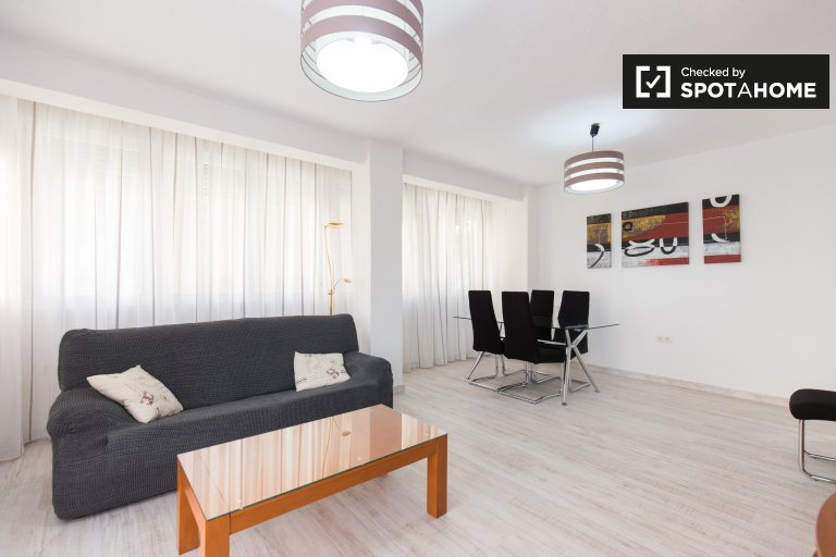 2-bedroom apartment with AC and balcony for rent in Granada Centro