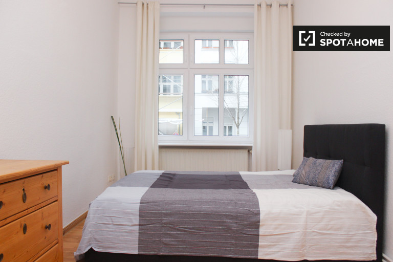 Double Bed in Rooms for rent in 4-bedroom apartment with central heat in Pankow