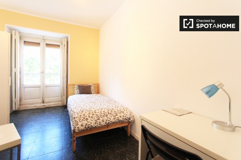 Equipped room in shared apartment in Latina, Madrid