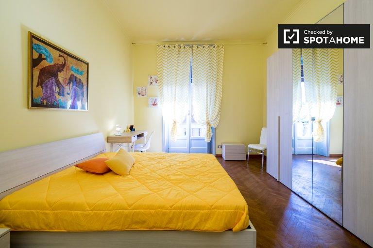 Quarto colorido em apartamento na Úmbria, Milão