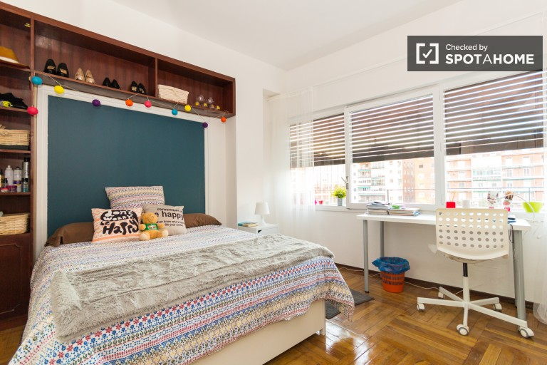 Double Bed in 7 Furnished rooms with TVs for rent near Plaza de Castilla, Madrid