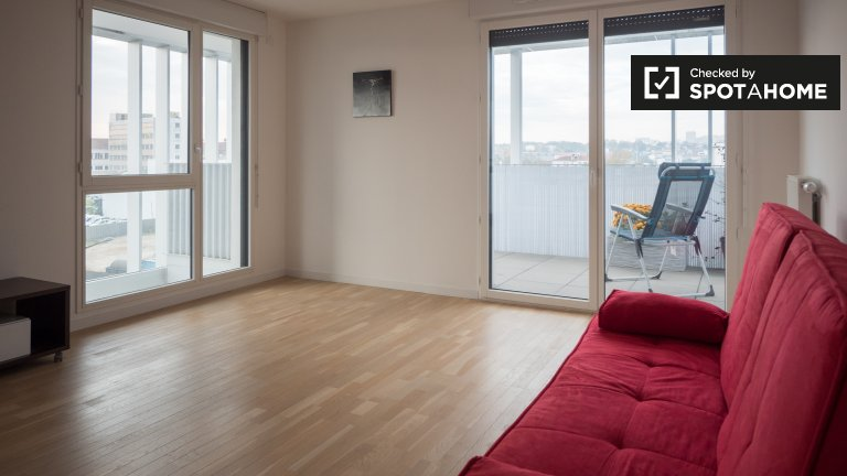 Bright 2-bedroom apartment with big balcony for rent in Ivry-sur-Seine