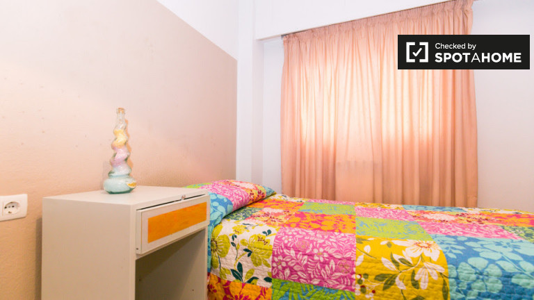 Single Bed in Rooms for rent in 5-bedroom apartment in Ronda area, near train