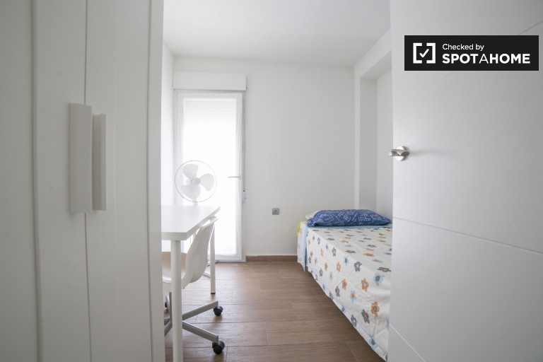 Single Bed in Rooms for rent in stylish 2-bedroom apartment with balcony in La Macarena
