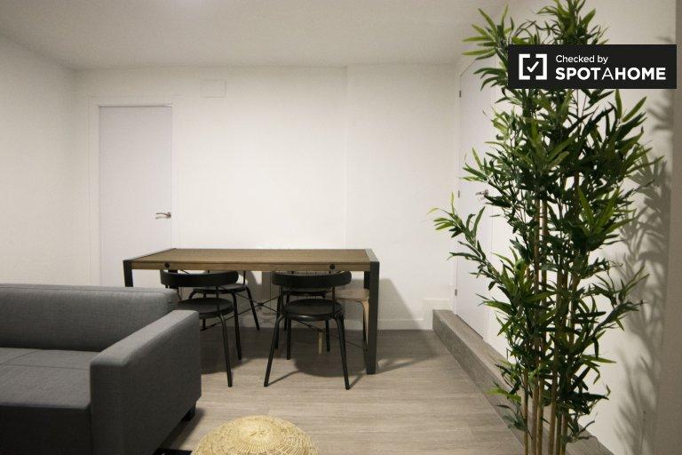 Se alquila habitación en piso de 5 dormitorios en Almendrales