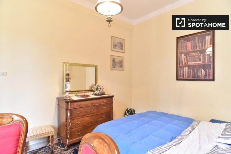 Termini'de 3 yatak odalı dairede kiralık zarif oda